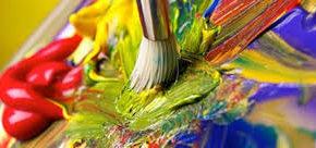 pinceau et peinture de différentes couleurs