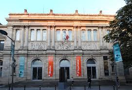 Facade du musée d'aquitaine avec fanions colorés en rouge